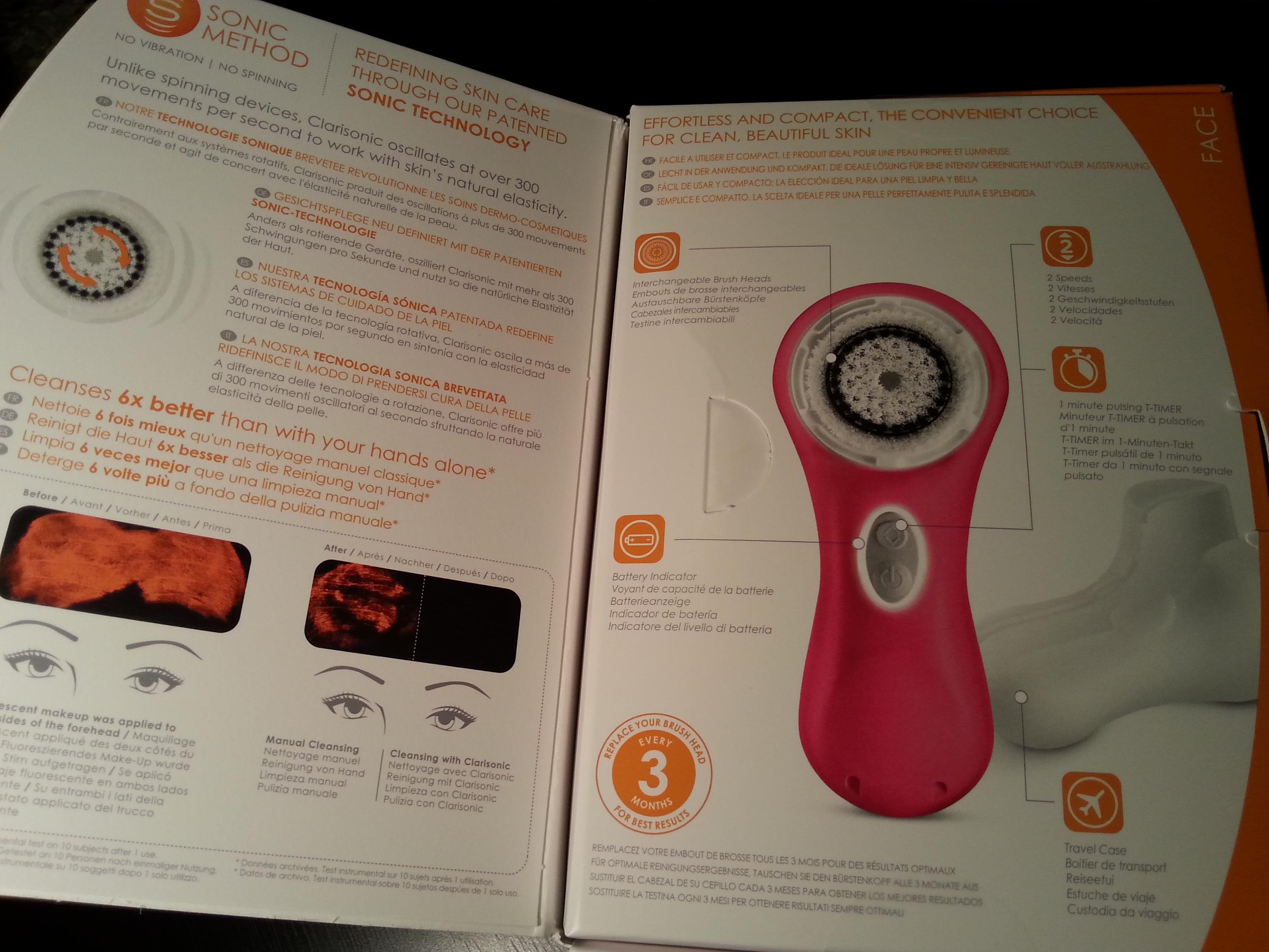 La confezione si apre a libro. Al suo interno alcune info sul sistema di pulizia sonico e sul contenuto.
