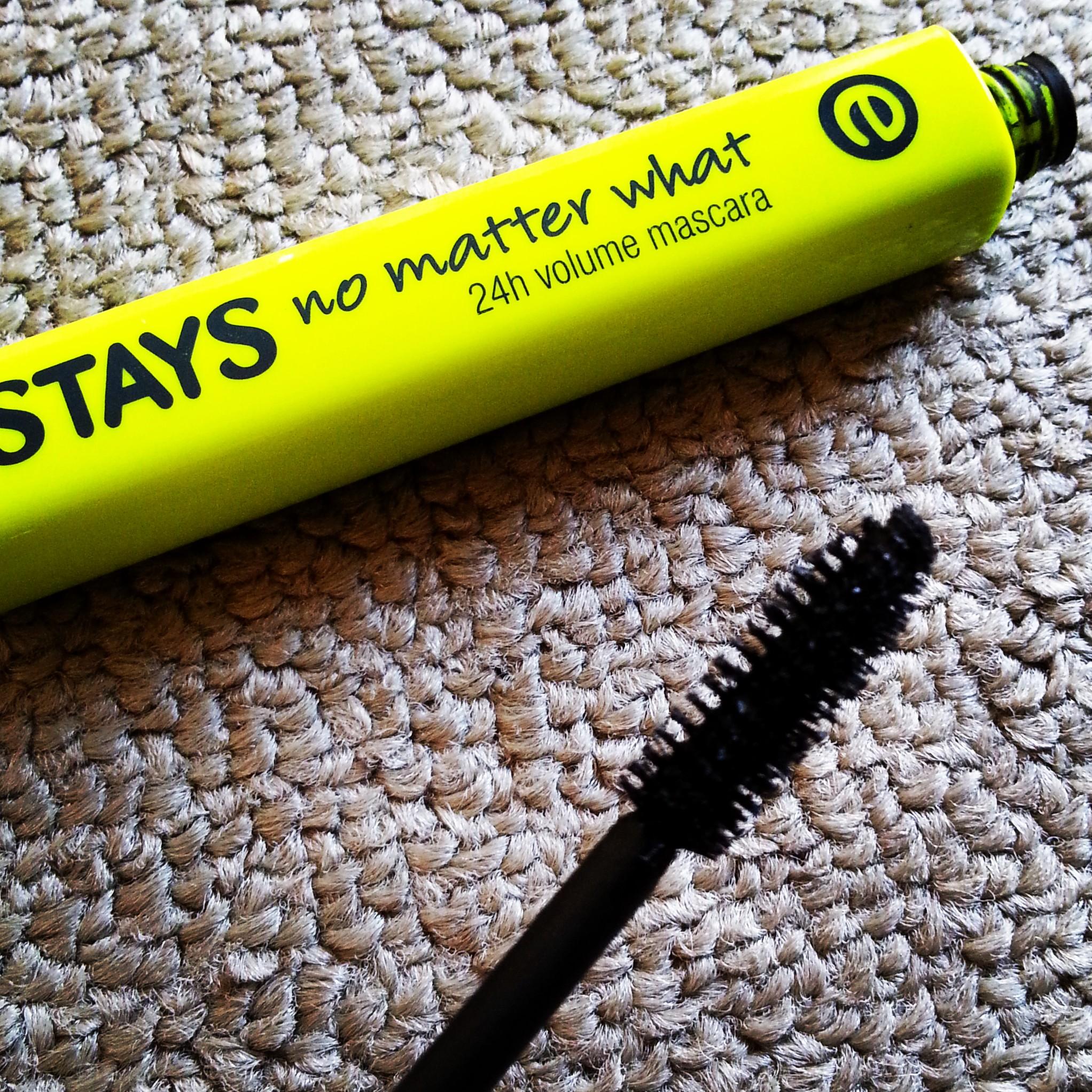 Lo scovolino di Stays no matter what di Essence è un tradizionale applicatore in setole che garantisce un bellissimo effetto volume.